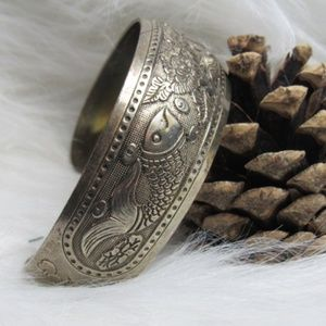 Jewelry - Silver Toned Metal Fish Cuff